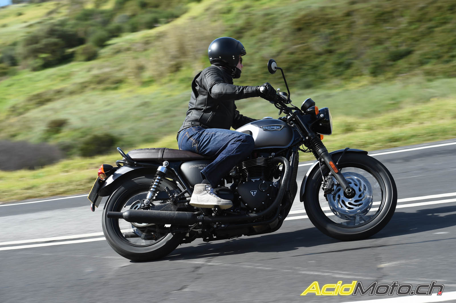 essai triumph bonneville t120 et thruxton r les ambassadrices du modern classic page 2 sur 2. Black Bedroom Furniture Sets. Home Design Ideas