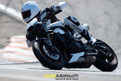 """Matthieu Juttens teste la Triumph Street Triple RS sur le circuit du Lédenon - Une sortie """"triumphale"""""""