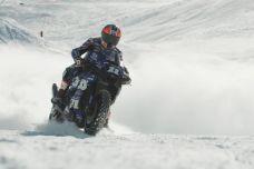 Faute de remontée mécanique, un pilote monte Val Thorens a moto