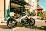 Une Aprilia Tuono façon Superbike américain de années 80
